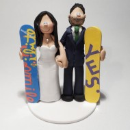 snowboarding-couple-wedding-cake-topper